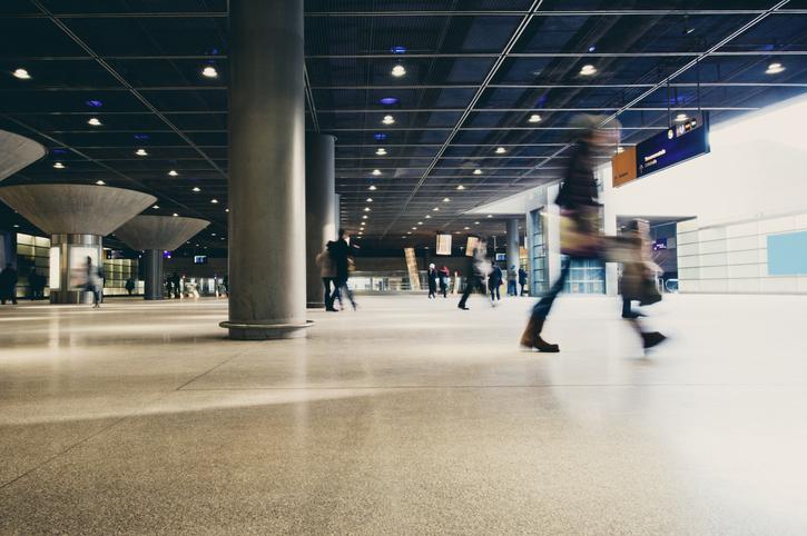 駅を歩く人