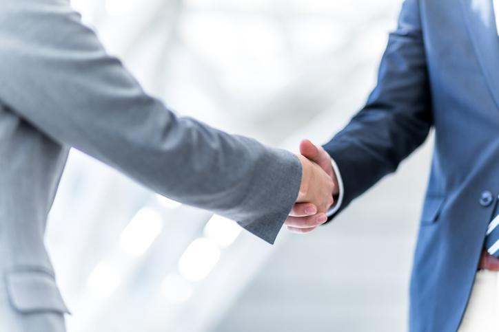 握手して健闘を称えるビジネスマン